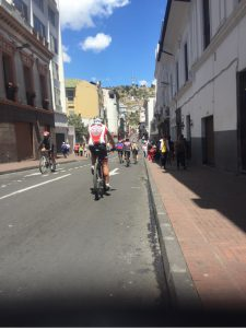 Sonntagsradler in der Altstadt von Quito