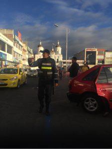 Polizist und Kirche im Hintergrund