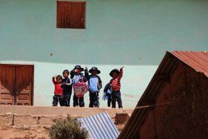 Grüßende Kinder am Wegedrand